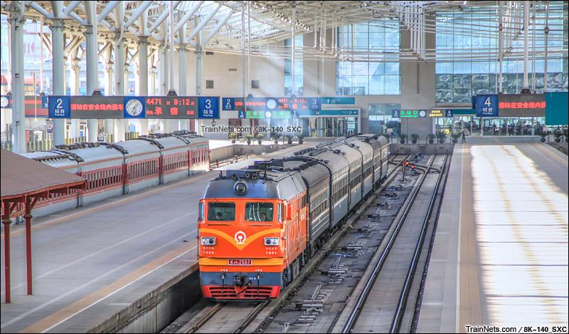 """2015年3月。北京北站。DF4B""""橘子""""牵引绿皮4471次列车准备发车。(图/8K-140_SXC)"""
