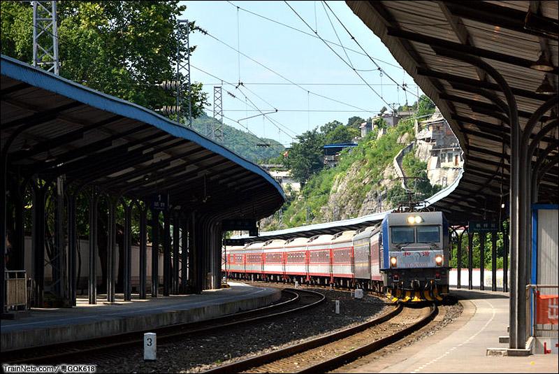 2015年07月26日。HXD3C牵引K167次列车驶入桐梓站。(图/粤GQK618)