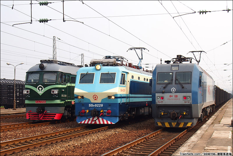 京广铁路火车视频_非人狂想屋 | 你的火车发源地 » SS8牵引客车通过两台货运机车