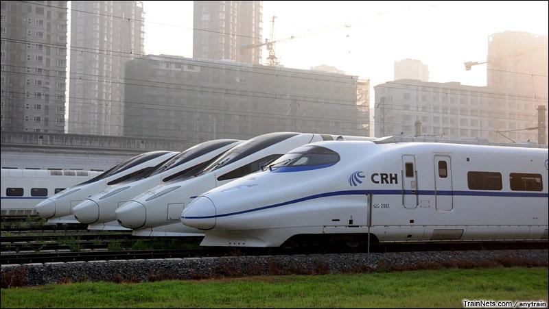 2015年6月。沈阳动车所。沈丹客专检测车CRH2C-2061与CRH5A型动车组。(图/anytrain)