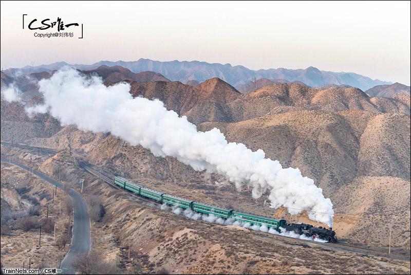2015年1月。甘肃白银。上游牵引通勤车行驶在山中。(图/CS唯一)