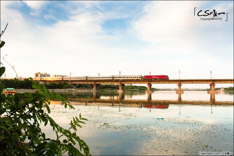 2015年7月。京广线383公里。HXD3D牵引客车通过邢台七里河。(图/CS唯一)