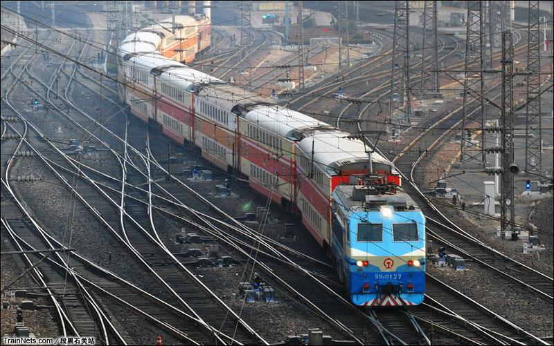 SS8牵引双层客车驶出郑州站。(图/巩段黑石关站)