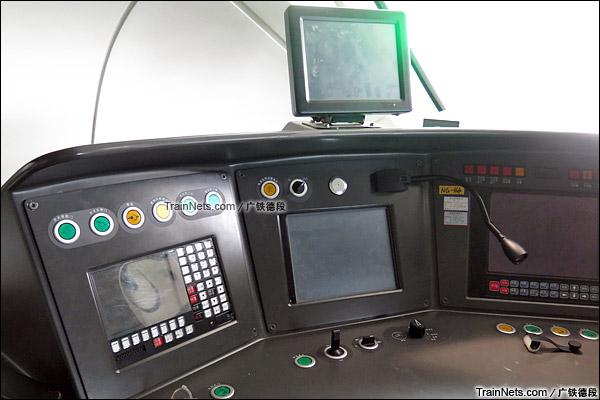 2015年8月。长沙。正在沪昆高铁试验的CRH1A新型动车组。司机室。驾驶台,上方新装的防追尾系统。(图/广铁德段)