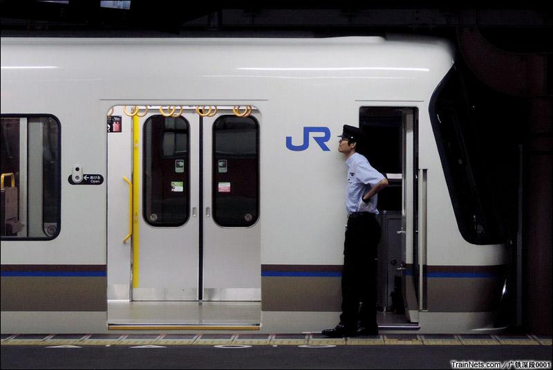 2015年8月4日,奈良站,列尾车掌正等待发车。(图/王晨)