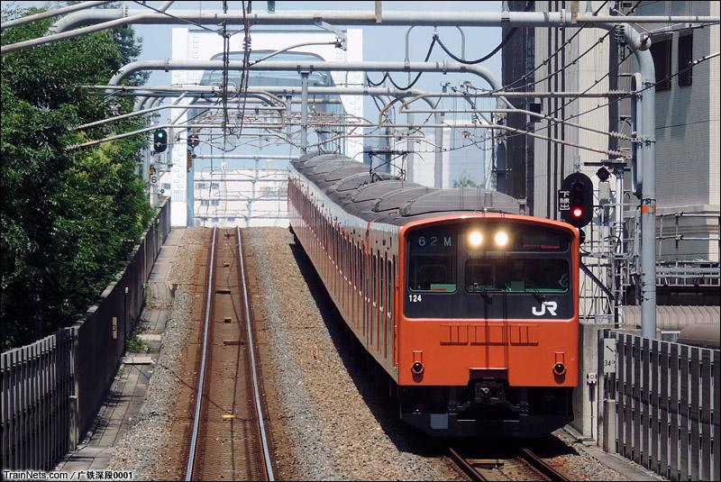 2015年8月5日,大阪JR环球影城站,201系列车正缓慢进站中。(图/王晨)