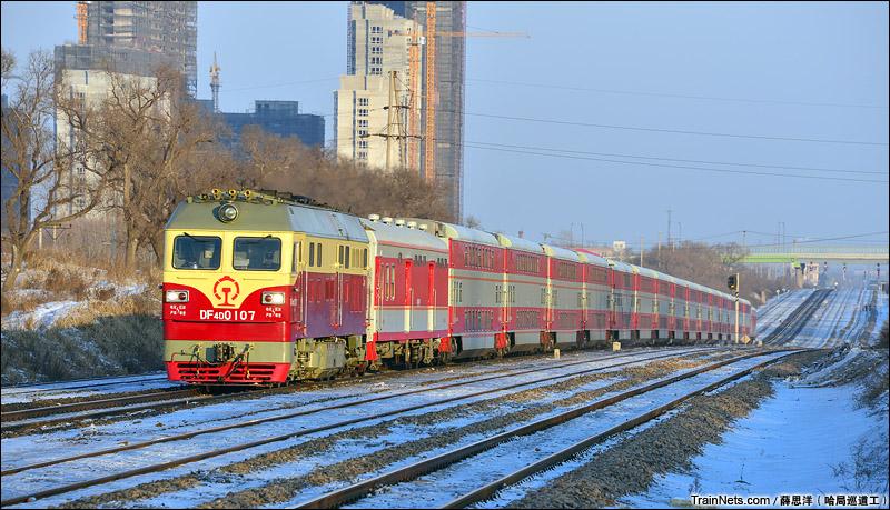 2013年2月。滨绥线路北线路所。DF4D牵引双层客车通过。(图/薛思洋@哈局巡道工)