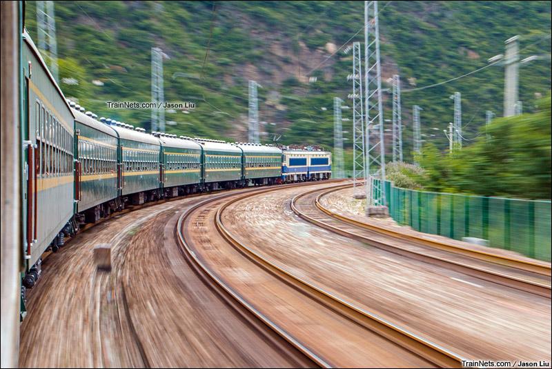 2015年7月23日。四川。宝成线。SS4G牵引6064次广元-宝鸡驶出油坊沟站。(图/Jason Liu)