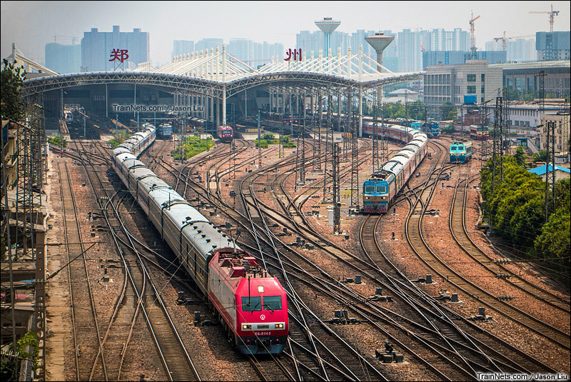 2015年7月14日。T254次,广州-天津与K125次,长春-西安一同驶出郑州站。(图/Jason Liu)