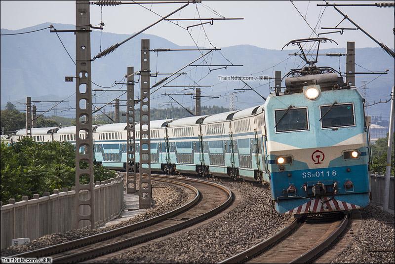 2011年6月26日。京广线北京西-后吕村区间。SS8型电力机车牵引双层25Z型客车,T5683次,秦皇岛-石家庄。(图/李刚)
