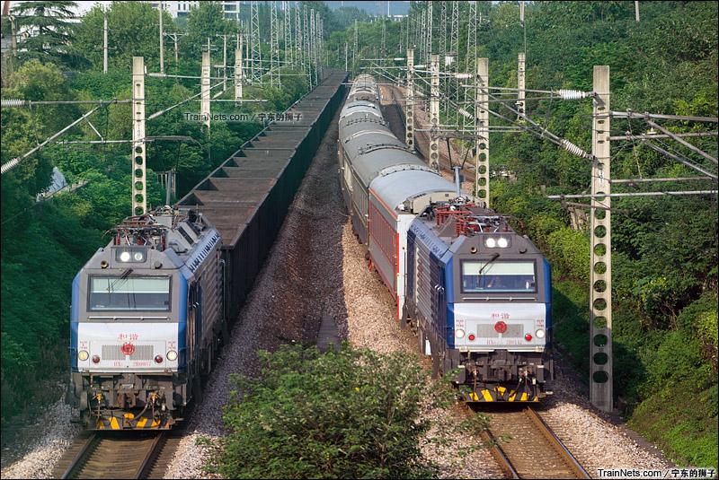 2015年8月。京沪线。万能手HXD2B牵引K4092次临客通过宁东到达场客4道,一旁是京沪上行货线待避的货列。(图/宁东的狮子)