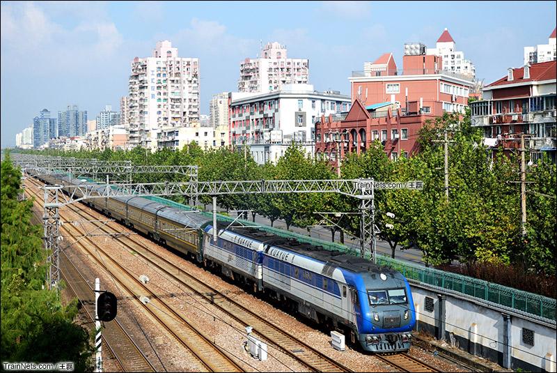 2015年9月26日。上海。时隔五年,京沪大猪直特再次开进上海站,Z4013次列车,本务京局京段DF11G-0031、0032,上海机务段三位司机值乘。(图/王磊)