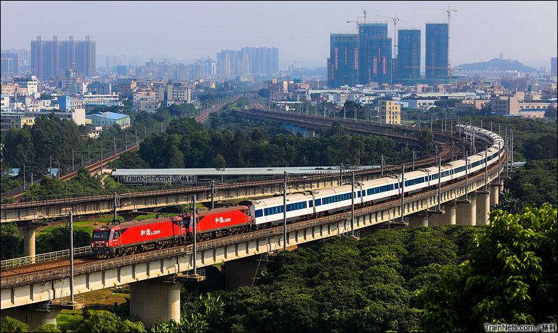 2015年9月25日。广东东莞。双机HXD3D牵引Z108次北上通过林村特大桥。(图/杨利)