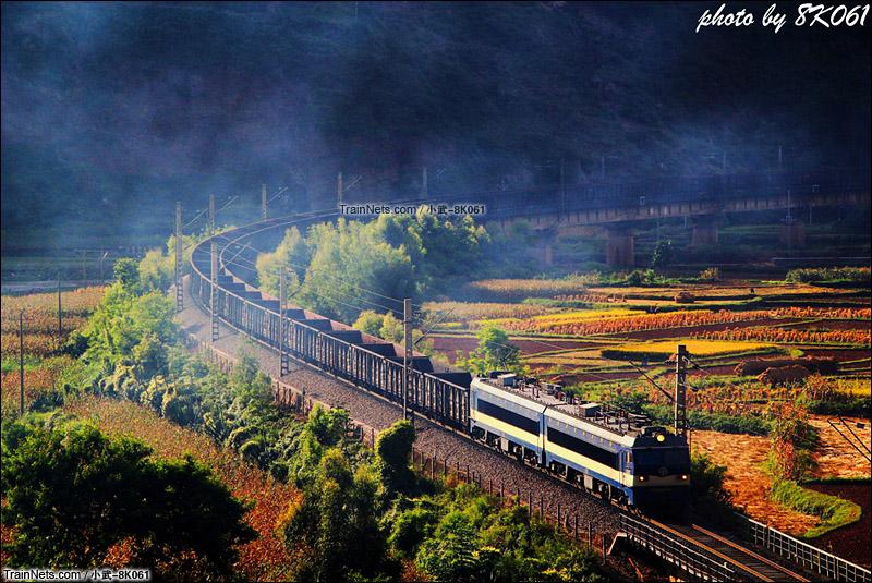 2015年9月27日。成昆线。韶山3B型机车牵引货车33604次通过法拉展线底层。(图/武嘉旭 @小武-8K061)