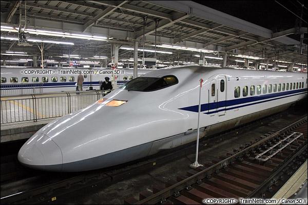 2014年8月。日本。JR东海道新干线,新大阪站。JR700系新干线列车。(图/王晨 @广铁深段0001)