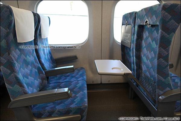 2012年2月。日本。JR东海道新干线。JR700系新干线列车,二等车座椅。(IMG-7064-120203)