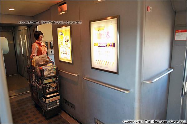 2012年2月。日本。JR东海道新干线。JR700系新干线列车,二等车,售货员及储物室。(IMG-7201-120203)