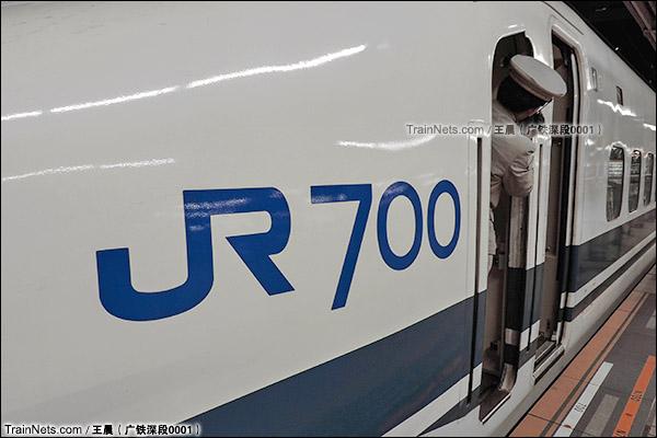 2014年8月。日本。JR东海道新干线,新大阪站。JR700系新干线列车,车身涂装。(图/王晨 @广铁深段0001)