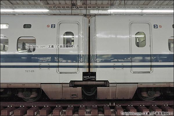 2014年8月。日本。JR东海道新干线,新大阪站。JR700系新干线列车,车厢连接处,风挡及车厢间减震器。(图/王晨 @广铁深段0001)