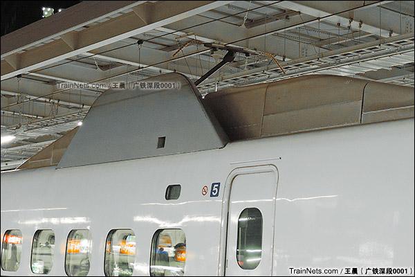 2014年8月。日本。JR东海道新干线,新大阪站。JR700系新干线列车,受电弓及整流罩。(图/王晨 @广铁深段0001)
