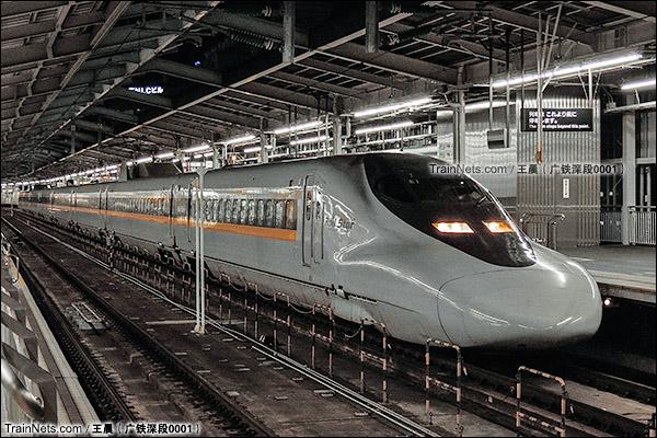 2014年8月。日本。JR东海道新干线,新大阪站。JR700系新干线列车,8编组的E编成。(图/王晨 @广铁深段0001)