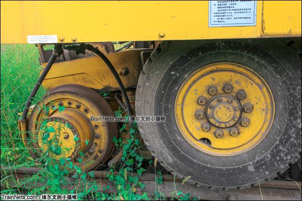 2015年9月。太原西站。TM公司生产的大力士型公铁两用车。车轮特写。(图/埃尔文的小猫咪)