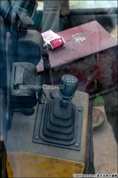 2015年9月。太原西站。TM公司生产的大力士型公铁两用车。驾驶室操纵设备。(图/埃尔文的小猫咪)
