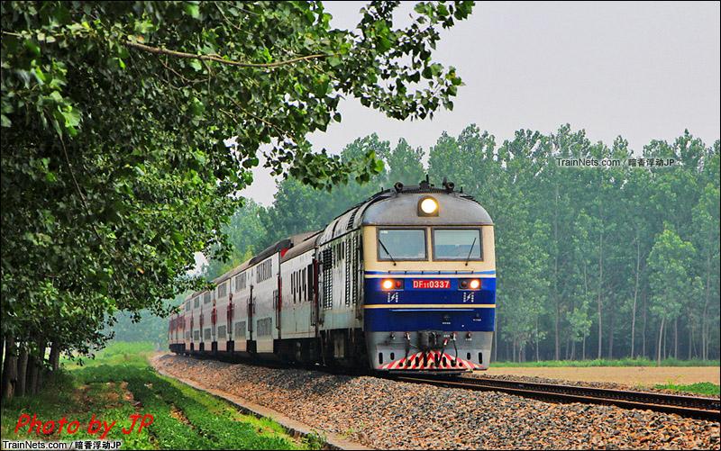2013年8月。新长铁路新沂段。DF11牵引K772次,南通-济南在林间穿行。(图/暗香浮动JP)