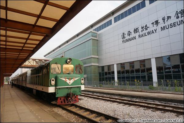 2014年8月。昆明北站与云南铁路博物馆。即将发车的米轨通勤车。