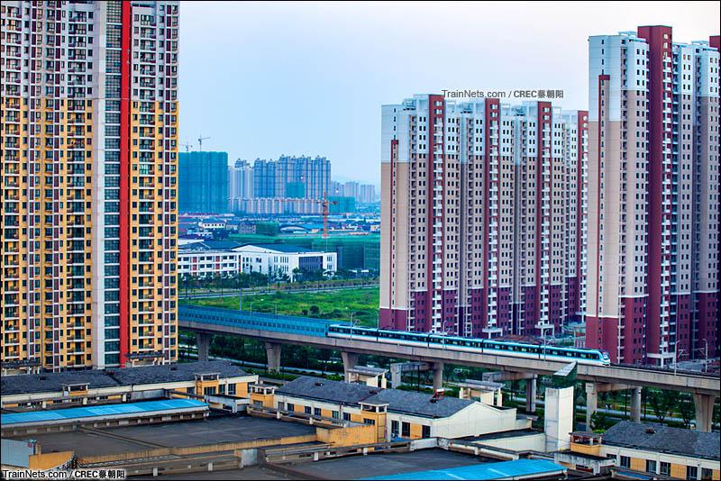 2015年8月3日。苏州地铁2号线,富元路站与大湾站区间。穿城而过的地铁列车。(图/CREC蔡朝阳)