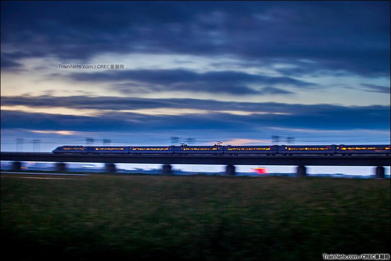 2015年8月11日。京沪高铁阳澄湖段,高铁列车在暮色中飞驰而过。(图/CREC蔡朝阳)