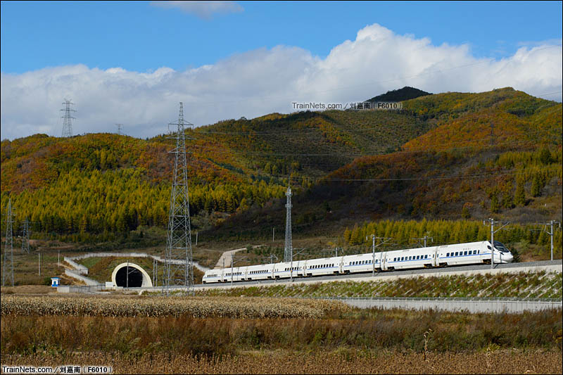2015年10月3日。长珲城际,敦化-安图西区间。CRH5G型动车行驶在蓝天白云下、穿梭在五花山间。(图/刘嘉南@F6010)
