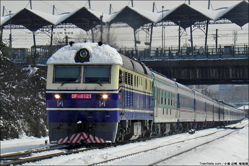 2013年2月19日。宁芜线。DF11牵引K8467,上海-铜陵通过南京中华门车站。(图/小谁 @哟_哈哈酥)
