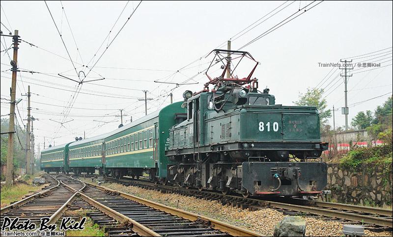 """2014年10月。""""鳄鱼""""韶峰机车牵引马钢南山矿通勤。(图/俆思卿Kiel)"""