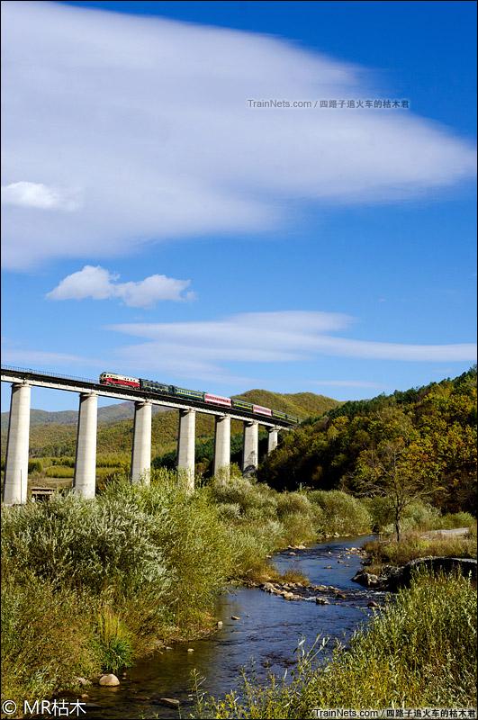 2015年10月3日。东边道铁路。DF4D牵引客车行驶在和吉林省龙境内。(图/四路子追火车的枯木君)