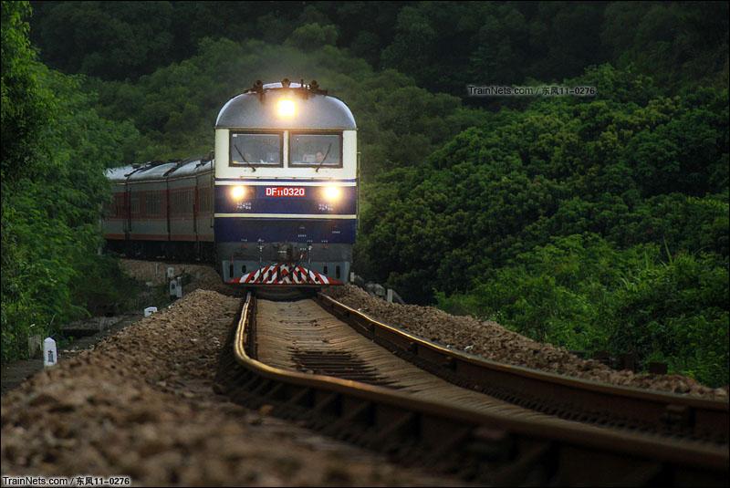 2015年9月1日。深圳。平南铁路。晚点始发4小时的K134次通过长岭陂。(图/DF11-0276)