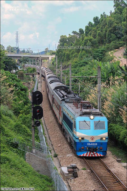 2015年05月15日。深圳。客车K1207次通过平湖南3场四线运行至深圳东站。(图/东风11-0276)