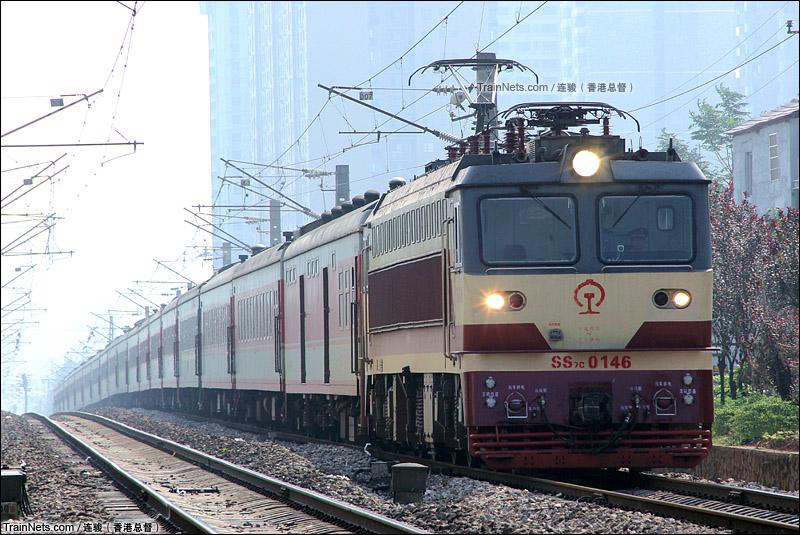 2015年9月。沪昆线。SS7C牵引客车东行准备进入怀化站。(图/连骏 @香港总督)