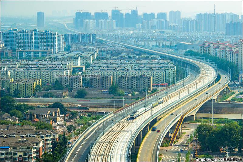 2015年8月27日。宁安高铁开始联调联试,DF11牵引检测车通过宁安高铁芜湖沧津桥,向芜湖站驶去。(图/小黑想做摄影师)