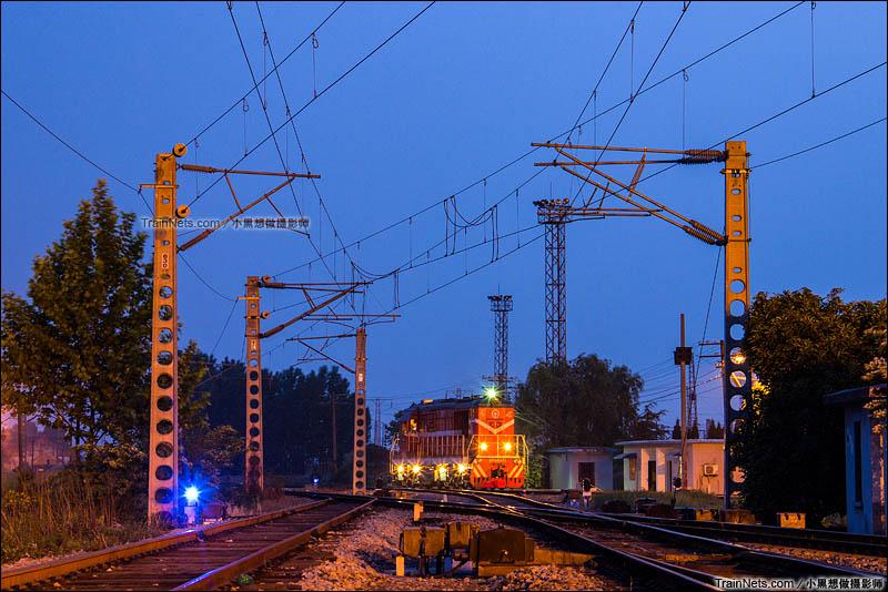 2015年5月9日。淮南西站,夜幕下的DF7C调机有种别样的美。(图/小黑想做摄影师)