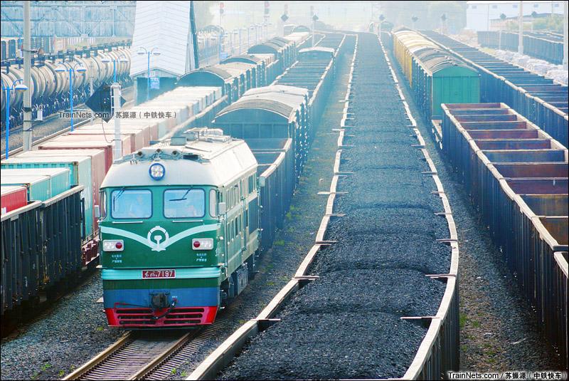 2015年8月。黑龙江省齐齐哈尔市。滨洲线。DF4B牵引货列通过昂昂溪站。(图/中铁快车)