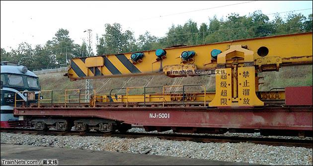 2014年10月。广东韶关。正在韶赣铁路施工的PJ32型铺轨机主机及承载的NJ7型平车。(图/戴文炜)