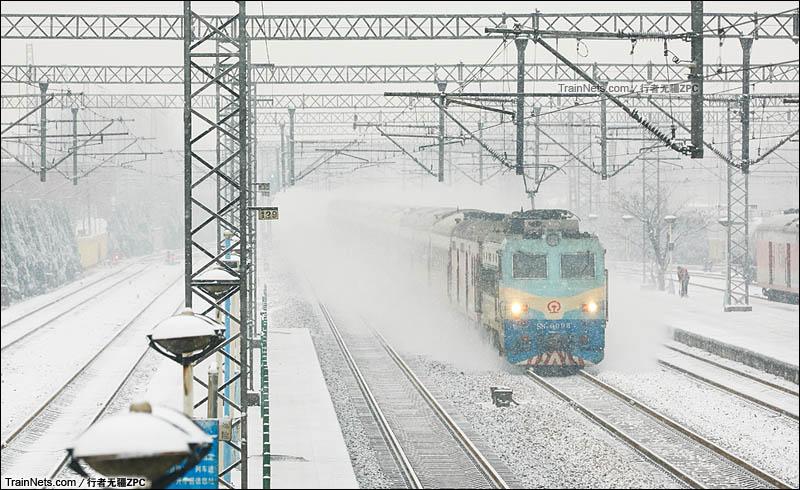 2015年11月22日。京广线。河北省高碑店。SS8牵引客车在雪中飞驰。(图/行者无疆ZPC)