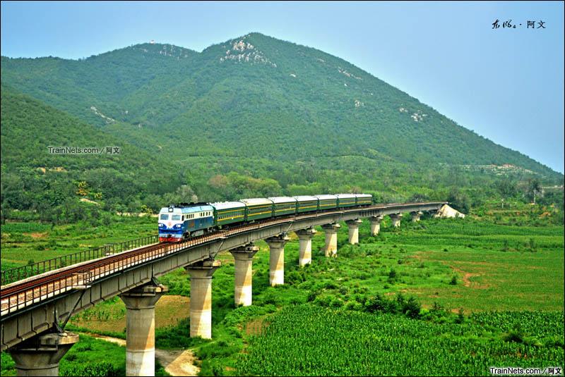 2015年7月26日。北京。京通线,兴寿-平义分区间。DF4C牵引4472次通过桃峪口水库大桥。(图/阿文)