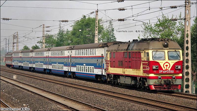 2011年4月。宝成线成都枢纽天回镇站附近。DF4DF牵引成绵(江)双层城际列车行驶在宝成线。(图/电车152)