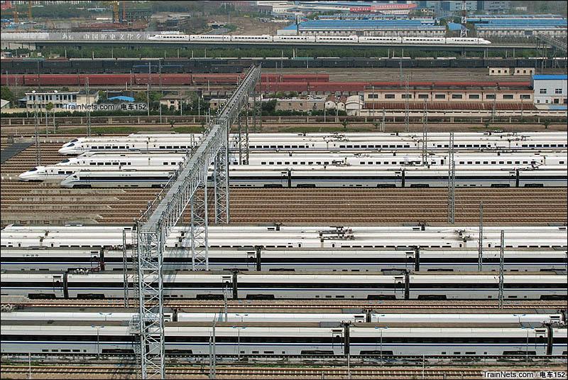 2015年3月。上海动车段南翔动车运用所。日间动卧群到达车底整备中。(图/电车152)