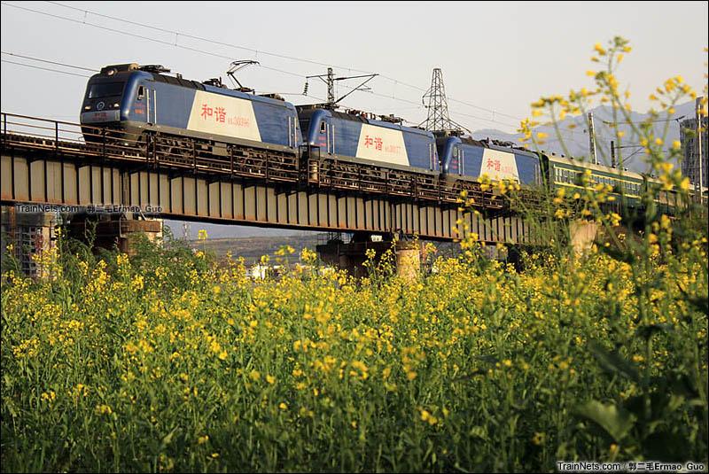 2015年4月11日。宝鸡渭河桥。6064次广元-宝鸡通过,附挂秦岭保机队机车。(图/郭二毛Ermao_Guo)