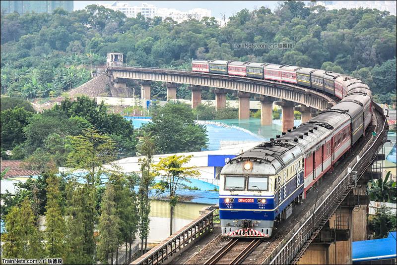 2015年11月14日。广东肇庆。三茂铁路。DF11-0016牵引客车通过肇庆西江大桥。(图/广铁德段)