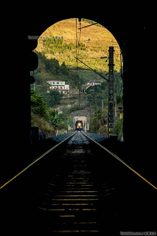 2015年11月2日。重庆市綦江区。川黔铁路石门坎站。隧道间穿行的货车。(图/曹杨牧语@木语火车)
