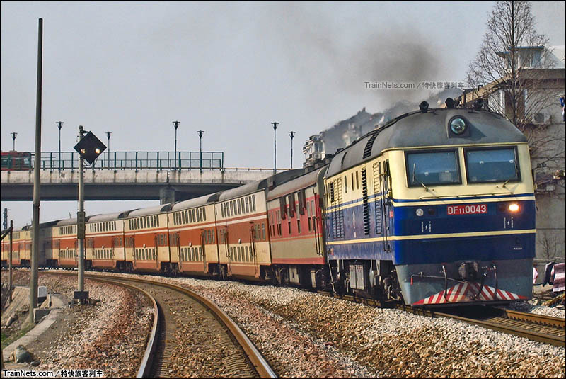 2008年2月12日。浙江绍兴。绍兴站下行方向。DF11牵引临客A459次,阜阳-宁波。(图/特快旅客列车)